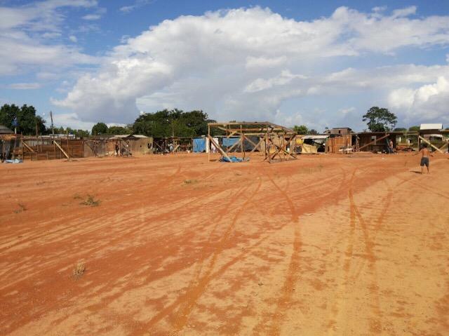 Aos poucos, campo de futebol vai dando lugar aos barracos. Fotos: André Silva