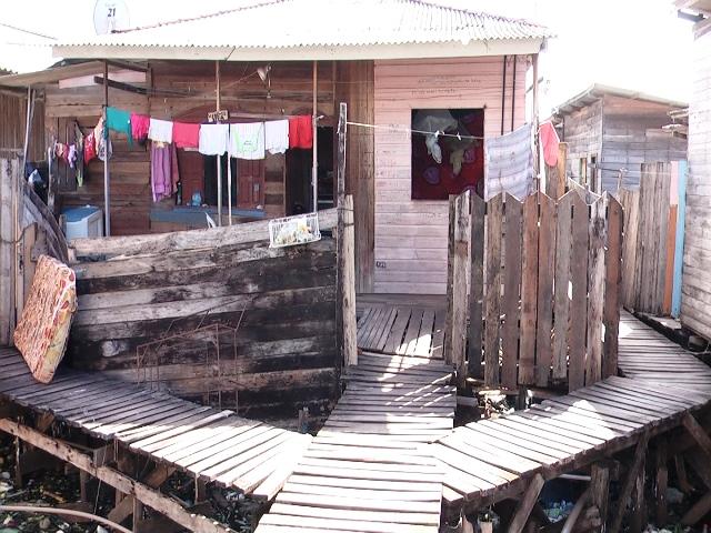 Bia mora com o pai e irmãos em uma casa emprestada