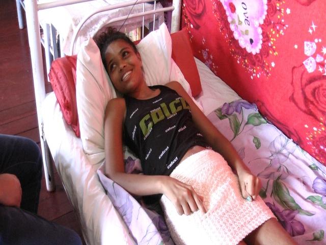 """Apesar da condição, o sorriso é uma característica de Bia: """"tenho muita fé que as coias vão melhorar"""""""