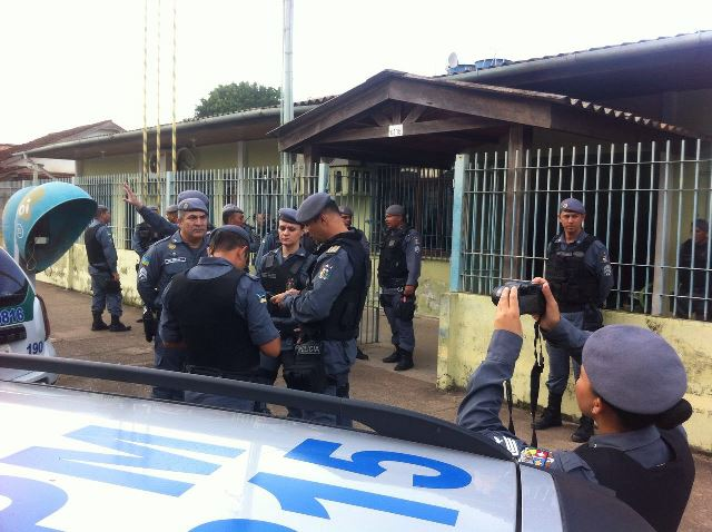 PMs na delegacia onde os presos estão sendo apresentados. Operação continua em andamento