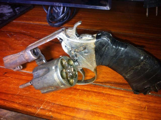 Arma usada por um dos bandidos. Fotos: Olho de Boto