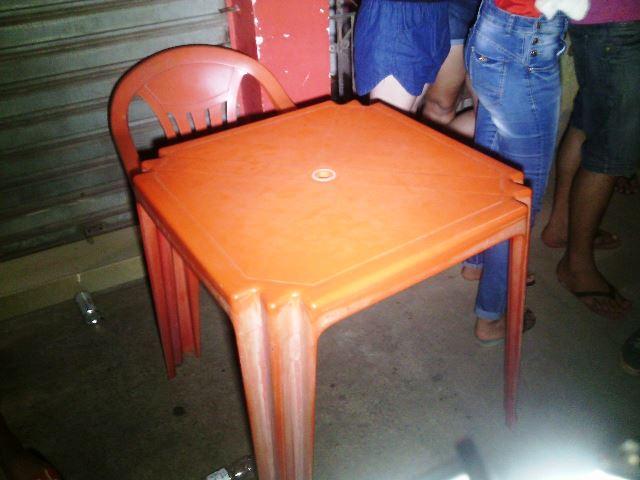 Mesa que estava sendo usada pelo flanelinha na porta da panificadora