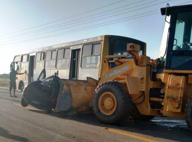 Foi necessário um trator para retirar o pálio da traseira do ônibus. Foto: BPRE/Divulgação