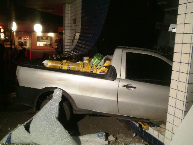 Fraldas e outros produtos foram parar na carroceria da picape. Fotos: Olho de Boto