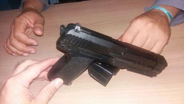Simulacro, ou arma de brinquedo: falta de controle na entrada. Fotos: Policiamento Escolas/Divulgação