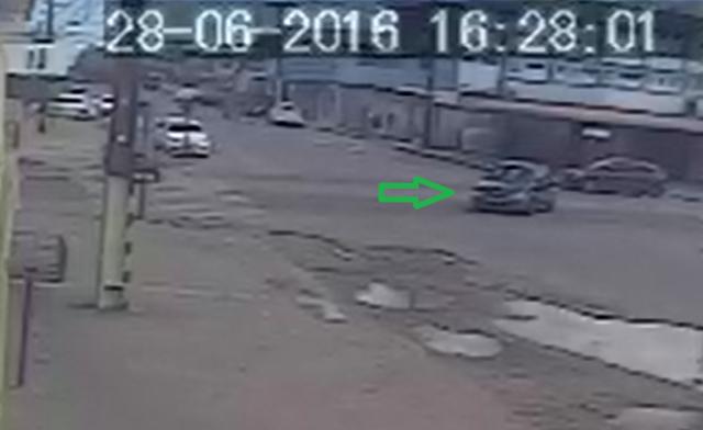 Momento em que o Fiat que estaria sendo conduzido pelos policiais dobra na Avenida das Nações, no Centro de Santana. Foto: Reprodução