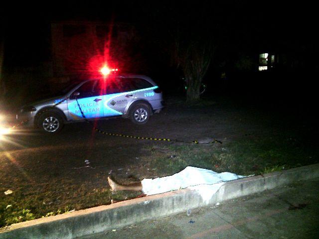 Vítima estava bebendo uma cerveja na calçada. Fotos: Olho de Boto
