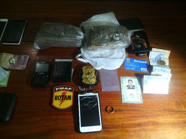 Droga estava em uma sacola plástica que um dos suspeitos tentou se livrar. Fotos: Olho de Boto