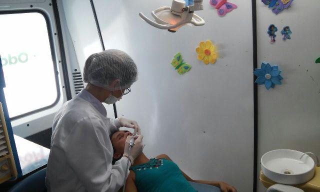 Thalita Silva, de 16 anos, fez limpeza nos dentes pela primeira vez na vida