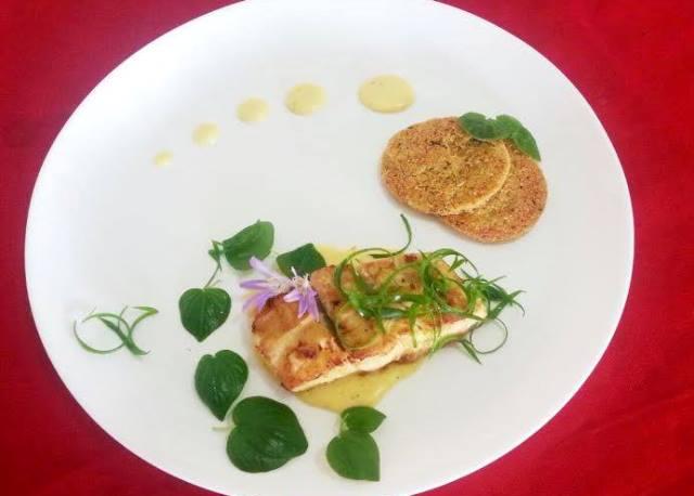 Marabaixo - peixe ao molho de gengibre, acompanhado de chips de farinha de mandioca, ervas e flores comestíveis