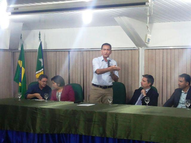 Governador e representantes da empresa Total, Ueap e professora