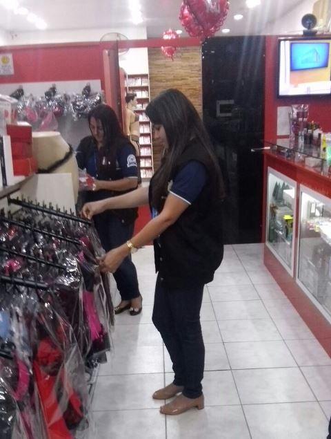 Fiscais em sexshop de Macapá. Trabalho ainda inclui fiscalização em 54 motéis