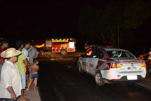 Corpo de Bombeiros apagou o fogo dos pneus e removeu as barreiras feitas pelos moradores. Fotos: André Silva