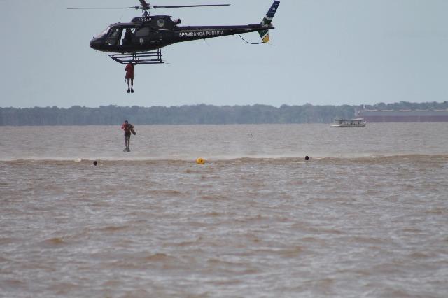 Militares saltam do Gavião Uno para inicar o salvamento. Fotos: Valdeí Balieiro