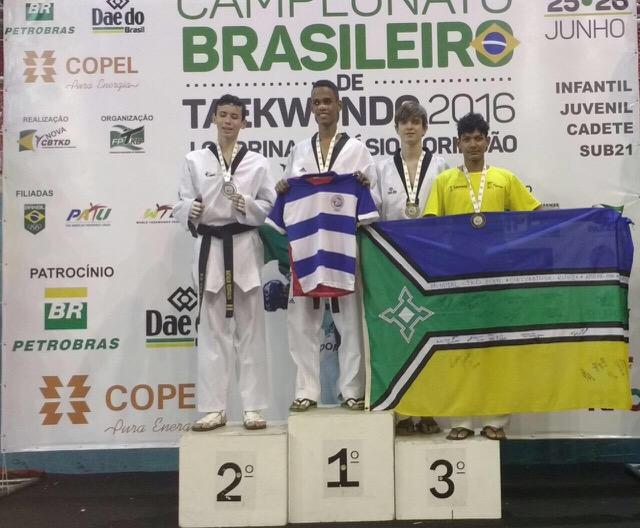 Vitor Sandin no pódio que lhe rendeu medalha de bronze. Fotos: Divulgação