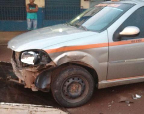 Táxi ficou bastante danificado. Fotos: Leonardo Melo