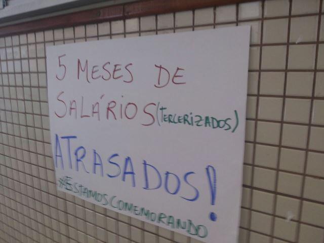 Cartazes denunciam salários atrasados dos terceirizados