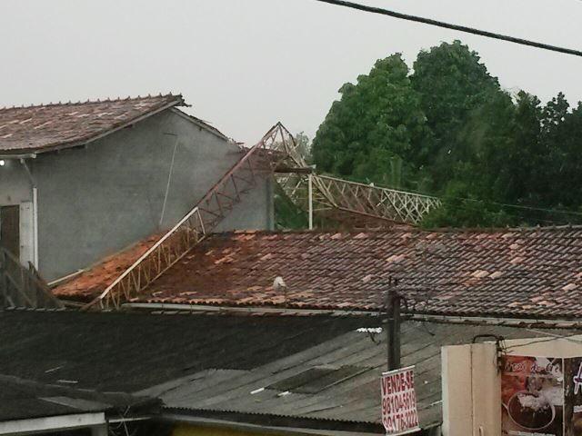 Torre de telefonia caiu sobre casas na Zona Norte