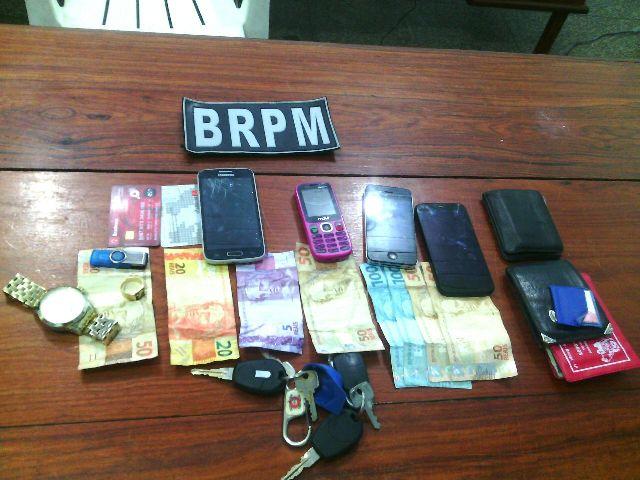 Polícia recuperou quantia em dinheiro e apreendeu aparelhos celulares de posse do trio. Fotos: Olho de Boto