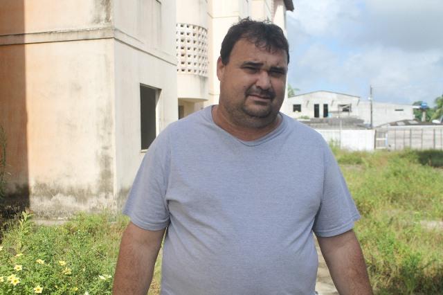 Comerciante Carlos Lopes teve o estabelecimento roubado cinco vezes, duas este ano. Fotos: Valdeí Balieiro