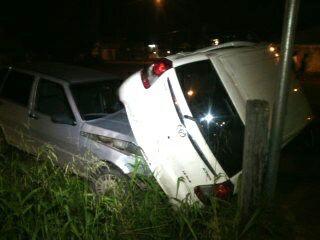 Veículo foi arrastado e só parou quando tombou no poste do semáforo. Fotos: Olho de Boto