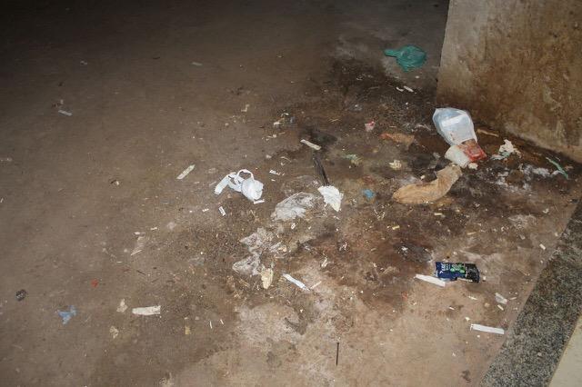 Lixo se acumula no prédio