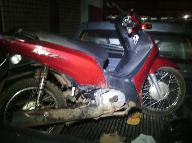 Moto teve a placa adulterada com fita isolante