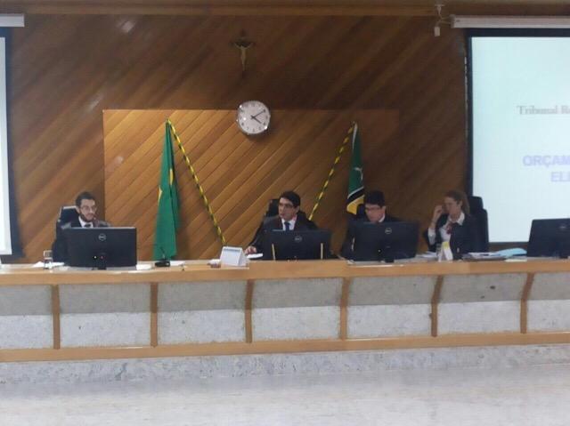 Nenhum dos políticos participou da sessão