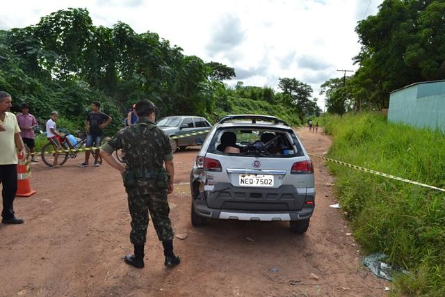 Sargento observa carro atingido por trás pelo militar. Fotos: Seles Nafes