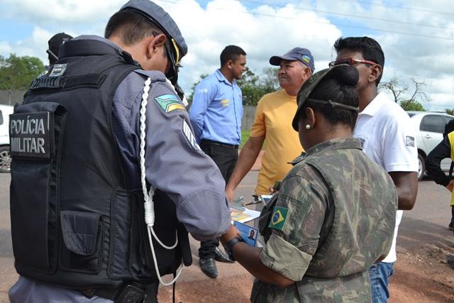 Militares do Exército conversam com equipe do BPRE no local do acidente