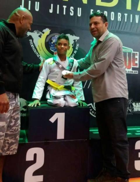 Lucas Thiago recebendo a medalha de ouro