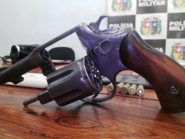 Revólver usado pelo criminoso. Fotos: Olho de Boto