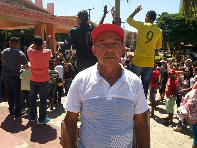 Elmir: mais de 20 anos de profissão e 5 meses sem receber. Fotos: Leonardo Melo