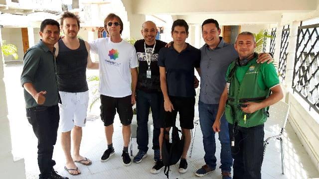 Na foto com a equipe da Rede Amazônica em entrevista no hotel onde os músicos estão hospedados