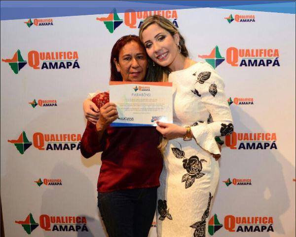 Dona de casa recebe certificado de um dos cursos. Fotos: Divulgação