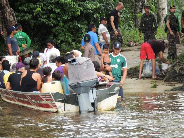 Embarcação com brasileiros chegando ao lado francês: cena comum. Fotos: Humberto Baía