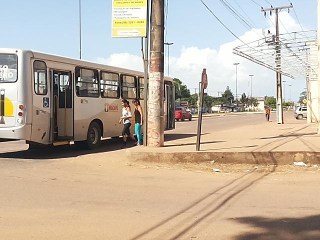 Vário locais de parada de ônibus não contam com abrigo. Fotos: André Silva