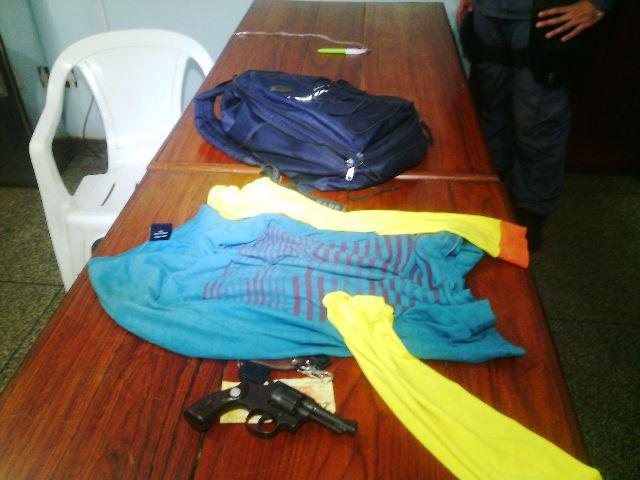 Roupa de mototaxista clandestino e outras para usar depois do crime, segundo a polícia