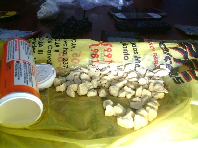 Além das duas pedras, outras foram encontradas na casa de Andréia, que é ex-detenta. Fotos: Olho de Boto