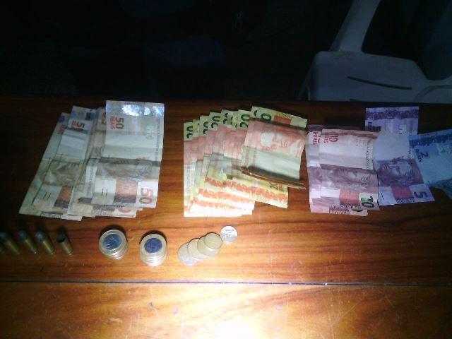 Os policiais recuperaram os R$ 800 que estavam com a dupla