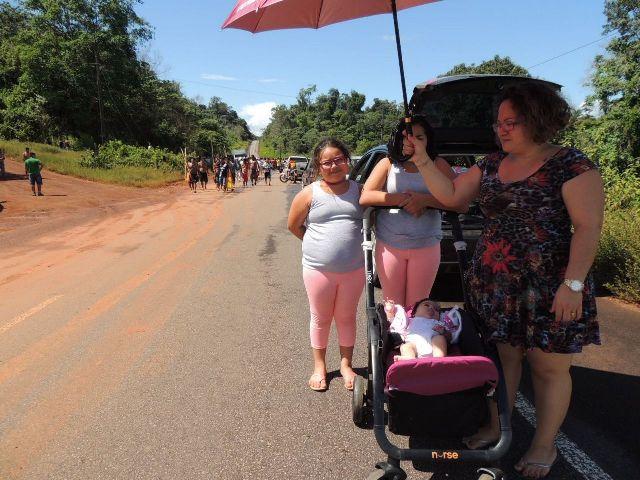 Famílias esperam liberação do trecho bloqueado