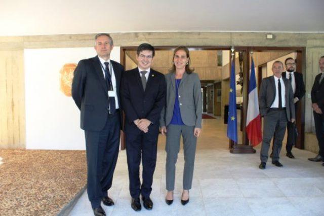 Embaixador da França no Brasil, Laurent Bili; senador Randolfe e a diretora do Departamento das Américas no Ministério dos Assuntos Exteriores da República Francesa, Kareen Rispal. Foto: Divulgação
