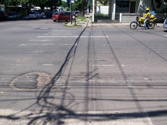 Neste cruzamento, a faixa de pedestre quase não é visível