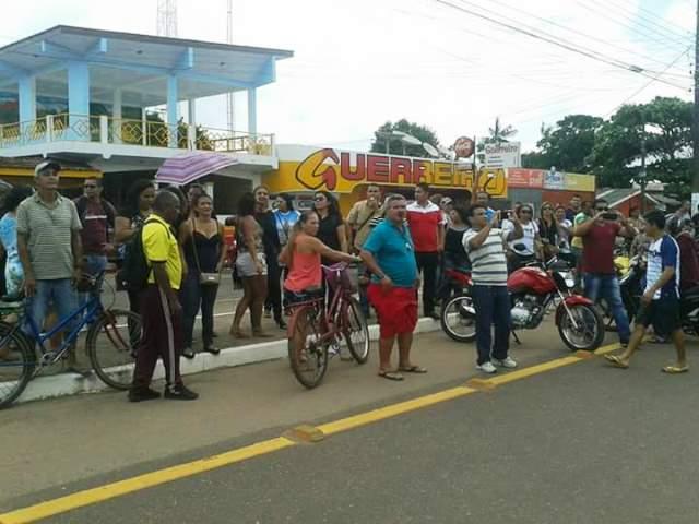 Servidores fazem protesto do lado de fora do prédio da prefeitura