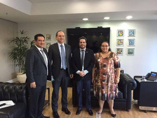 Deputado Vinícius Gurgel e secretária de Saúde do AP, durante encontro com o ministro Paulo Barros