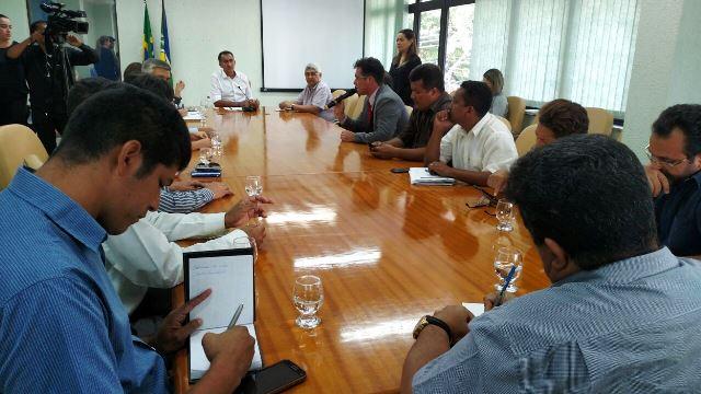 Waldez conversa com representantes dos sindicatos de servidores. Fotos: Ariele Martins/Secom