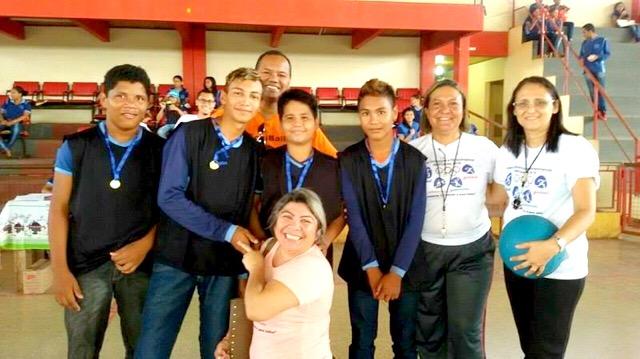 Equipe organizadora dos jogos e alunos da escola Francisco Walcy, em Santana