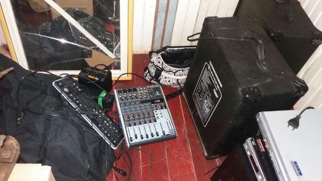 Equipamentos de som e outros objetos de valor furtados de uma escola e recuperados. Fotos: PM