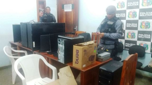 Policiais conferem mercadorias no Ciosp do Pacoval
