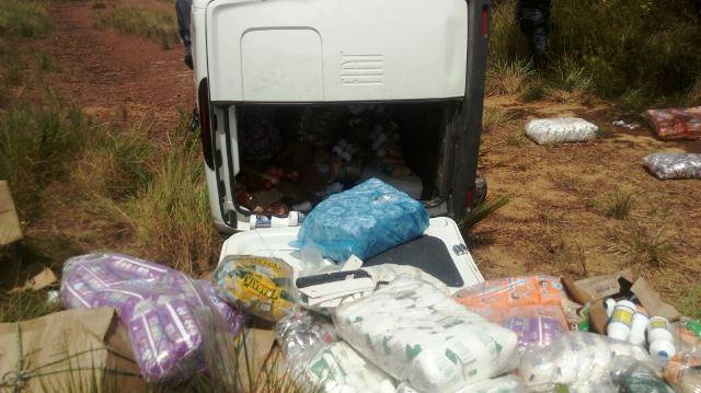 Veículo transportava alimentos para o interior do Estado. Fotos: BPRE